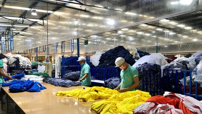 Labor worker producing clothes in garment factory. (Shutterstock)